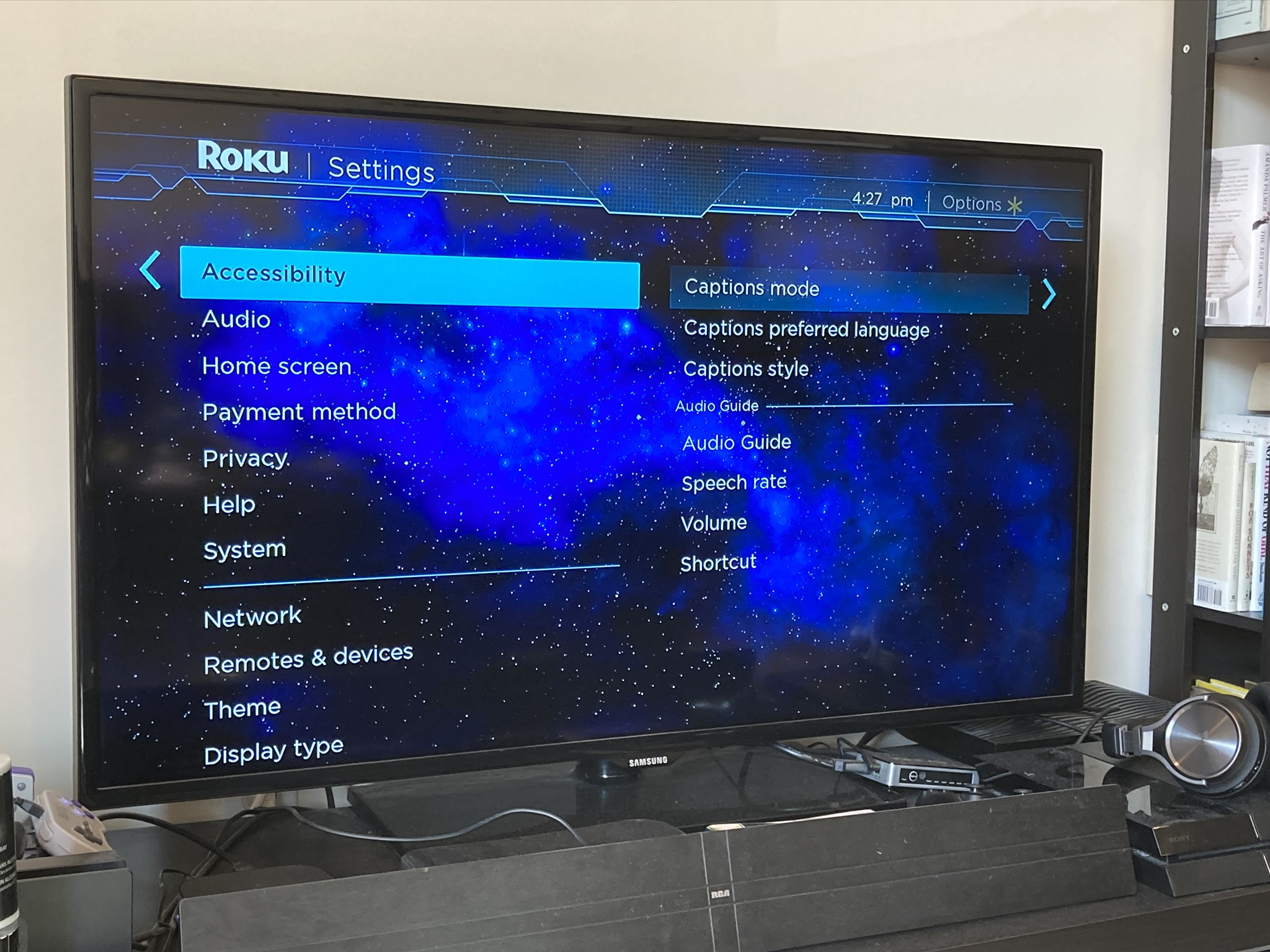 El menú Configuración es donde encontrará todas las opciones de subtítulos opcionales de Roku. Al manipularlos, puede determinar si desea ver subtítulos en todos sus programas, en ninguno de sus programas o solo cuando reproduzca una sección. El menú Configuración también es donde puede actualizar su dispositivo, o restablecerlo de fábrica, si termina necesitando hacerlo.