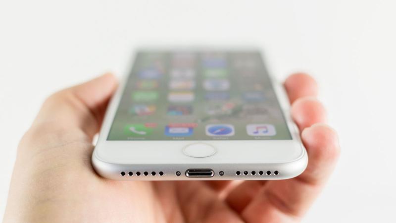 Cómo reparar un iPhone que no se carga: puerto Lightning
