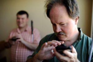 Así es como los teléfonos inteligentes pueden ayudar a las personas con discapacidad visual