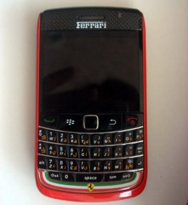BlackBerry Bold 9700 con insignias de Ferrari a la vista