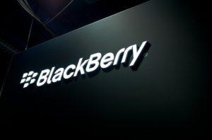 Smartphone de gama media BlackBerry BBC100-1 con superficies de soporte de doble SIM