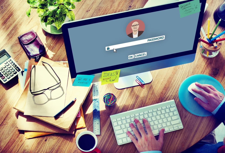 Pantalla y teclado de iMac con 'contraseña' mostrada.