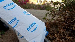 Primer plano del paquete Amazon Prime al aire libre en un parque de oficinas