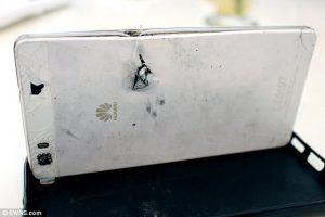 Huawei P8 Lite recibe una bala por su dueño;  Huawei ofrece un P9 Lite como reemplazo