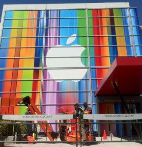 Iconos de iOS extendidos utilizados para decorar el lugar de lanzamiento del próximo iPhone, insinúan un nuevo iPhone más alto