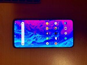 La fuga del panel frontal de OnePlus 7 muestra la pantalla del teléfono sin ninguna muesca