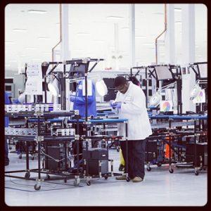 Larry Page entusiasmado con el Moto X;  Motorola tuitea una foto de la planta de fabricación