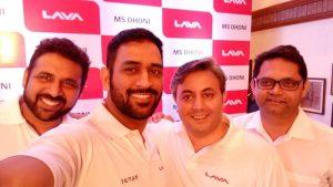 Lava firma a Dhoni como embajador de la marca;  Rs.  2615 millones de rupias de inversión en tubería