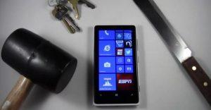 Nokia Lumia 920 atraviesa el infierno;  torturado con cuchillo y mazo, usado como martillo también [Video]