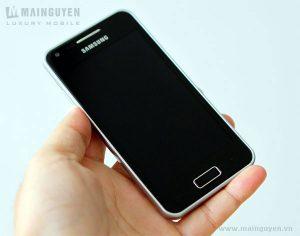 Samsung Galaxy S Advance posa para la cámara en la naturaleza