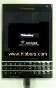Se muestra el teléfono BlackBerry QWERTY con pantalla ancha