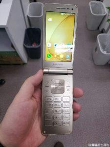 Superficie de imágenes del teléfono inteligente Samsung Galaxy Folder 2 clamshell