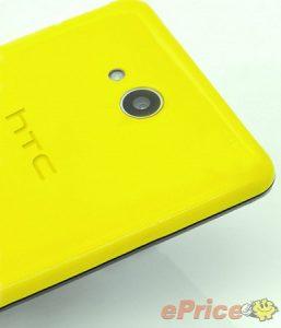 Teléfono inteligente HTC Desire con especificaciones de gama media y cuerpo de plástico colorido manchado